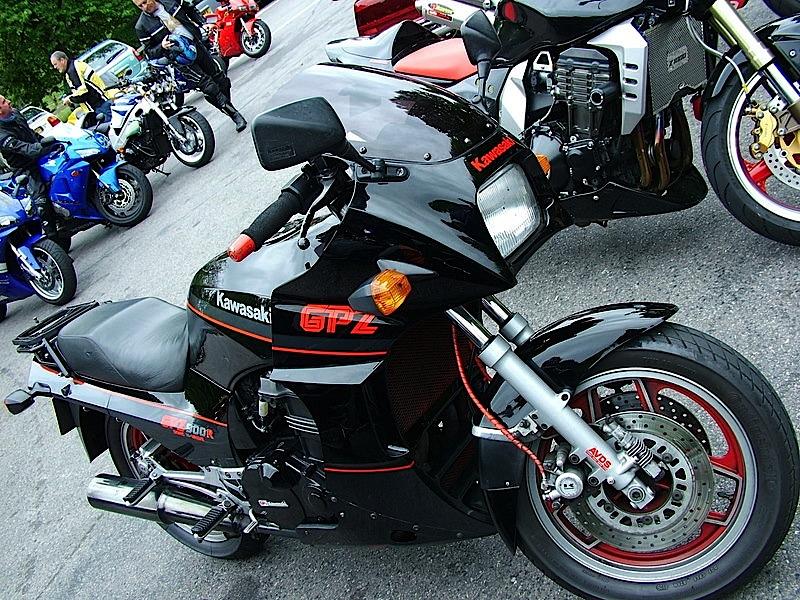 Kawasaki_GPZ900R_Ninja_01