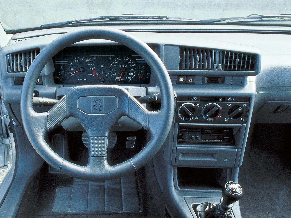 L'interno della Peugeot 405 Mi 16