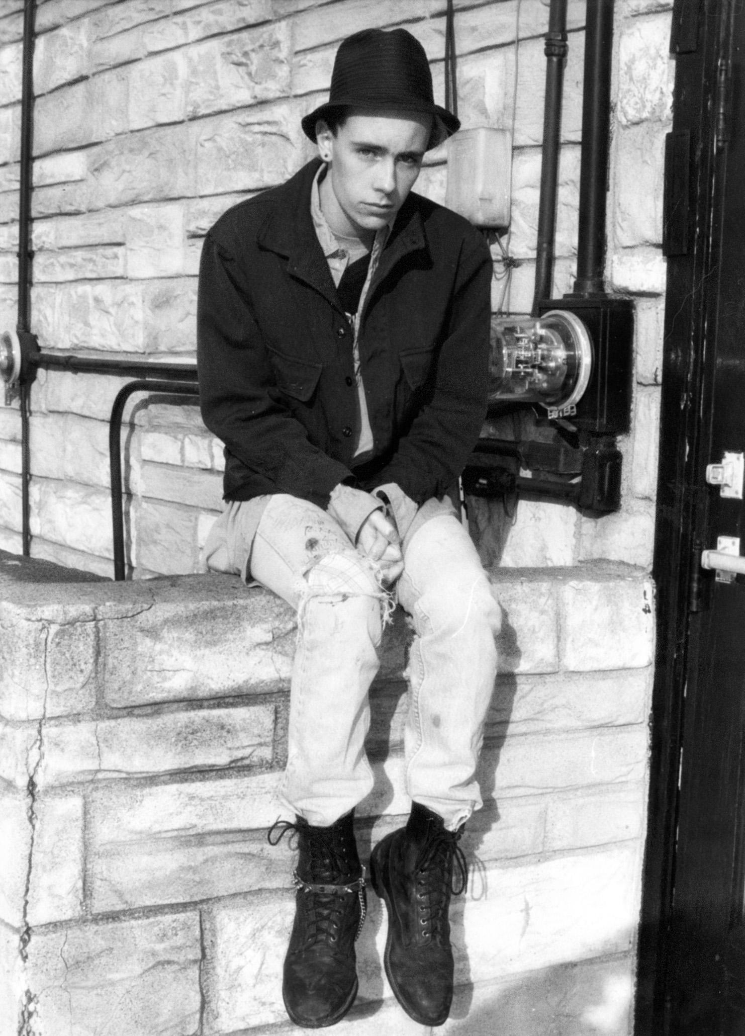 ragazzo punk con anfibi dr martens anni 80 1984