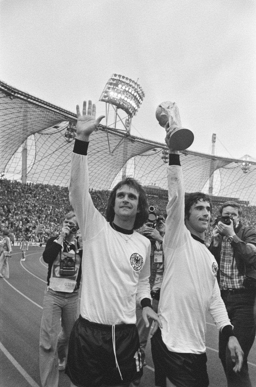 Wolfgang_Overath,_Gerd_Muller_1974