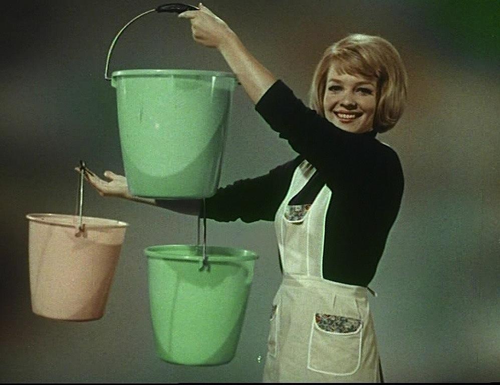 donna-con-secchielli-da-carosello-moplen-1966
