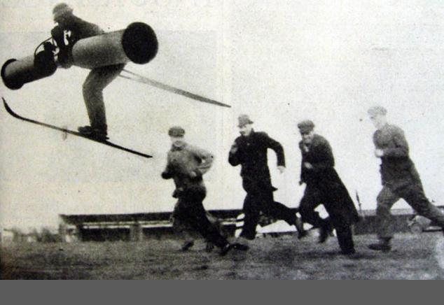 """Primo aprile 1934: anche il """"New York Times"""" pubblicò questa foto con un uomo volante, corredata di un articolo che riportava il funzionamento della geniale invenzione: l'uomo, indicato come un ex pilota tedesco, aveva trovato il modo di innalzarsi nei cieli soffiando attraverso dei grossi tubi"""