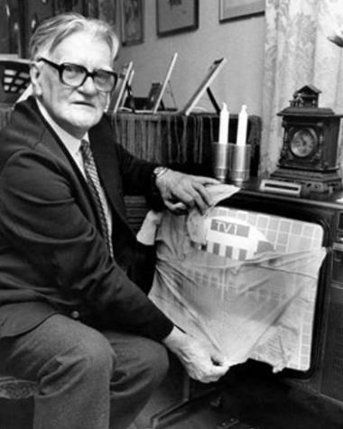 Nel 1962 esisteva un solo canale televisivo in Svezia e trasmetteva in bianco e nero. Il 1 aprile un tecnico apparve al notiziario dicendo che, grazie ad una nuova scoperta, gli spettatori avrebbero potuto convertire i loro apparecchi per ricevere le trasmissioni a colori: bastava mettere una calza di nylon sopra lo schermo