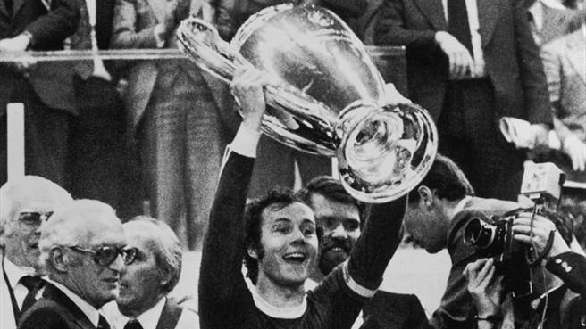 campioni Maier alza la coppa per il Bayern