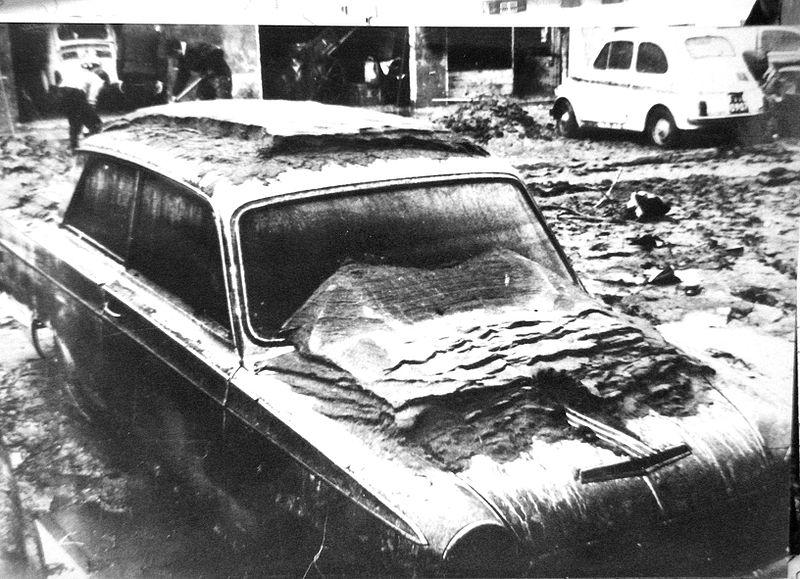 Alluvione di Firenze Auto coperta fango