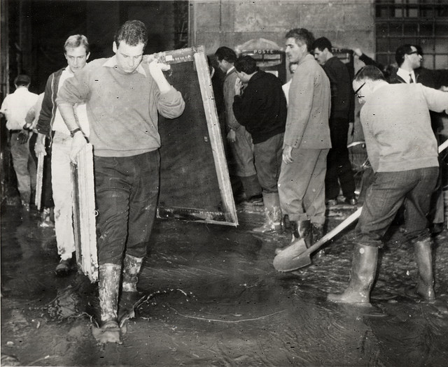 Alluvione di Firenze volontari agli Uffizi