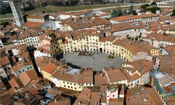 Curiosità d'Italia – PIAZZA DELL'ANFITEATRO (Lucca) : Come era e Come è