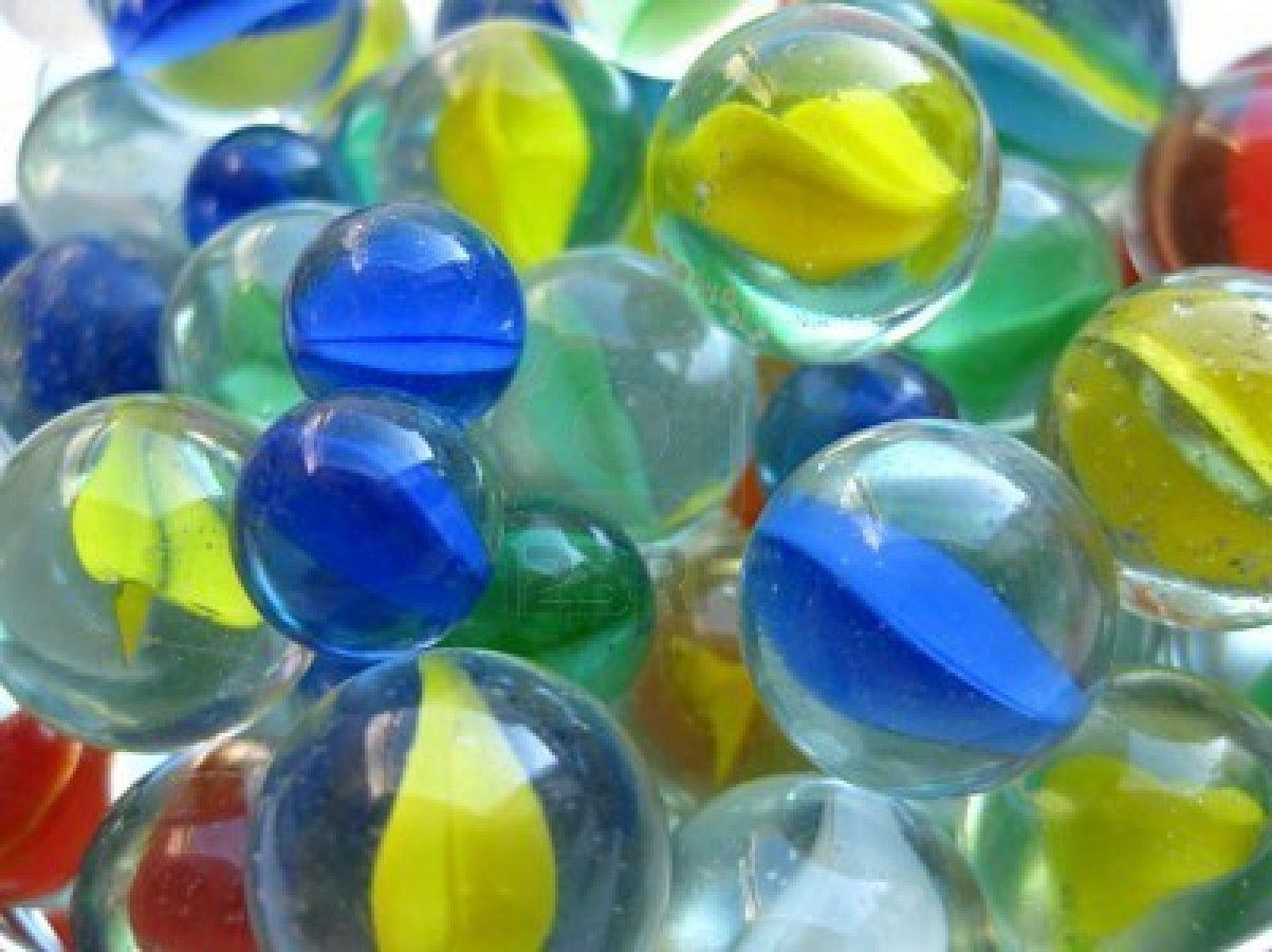 Biglie di vetro o plastica sulla spiaggia curiosit e for Lampadario palline vetro