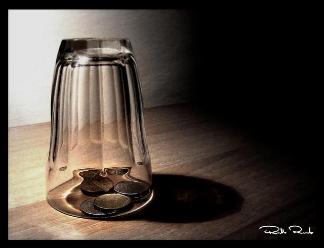 lucciola sotto il bicchiere soldi