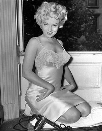Marilyn Monroe 1954 Copyright Bettmann CORBIS sottoveste