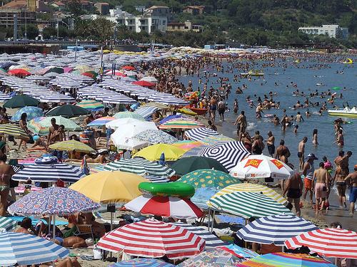 ferragosto spiaggia affollata