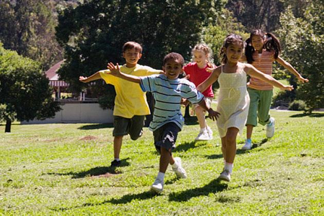 strega comanda colore bambini che giocano