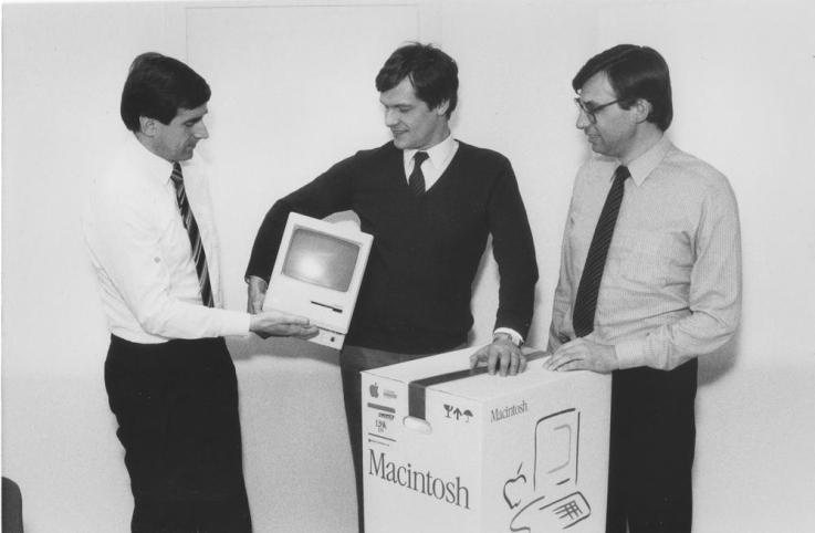 Viene consegnato il primo Macintosh 128k al fortunato cliente