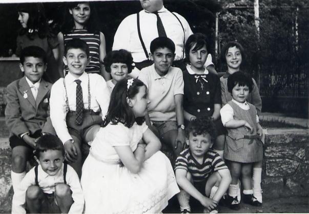 1967 Mai in cortile sotto 10 ragazzi