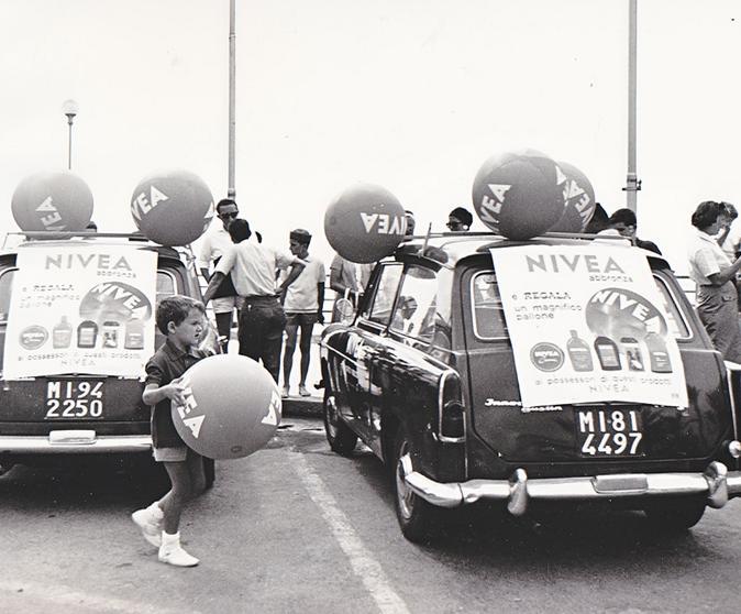 Auto pubblicitarie Nivea davanti alle spiagge