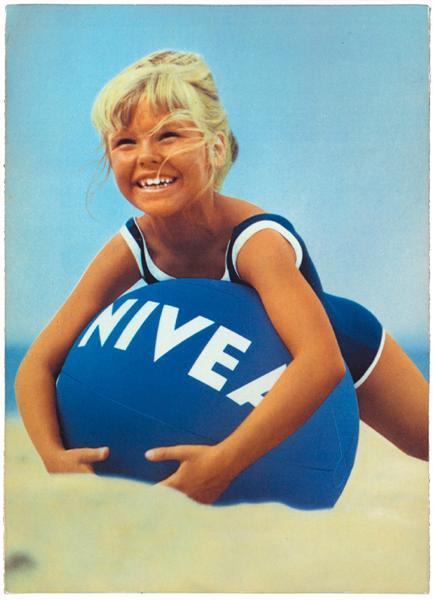pallone nivea spiaggia bambina gioco-