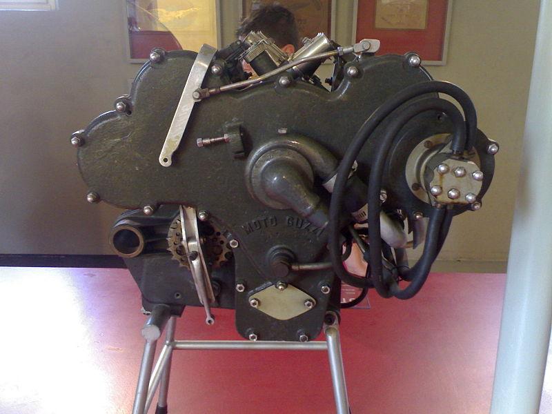 Moto Guzzi 8 cilindri -scatola di distribuzione con pompa dell' olio e dell' acqua in evidenza