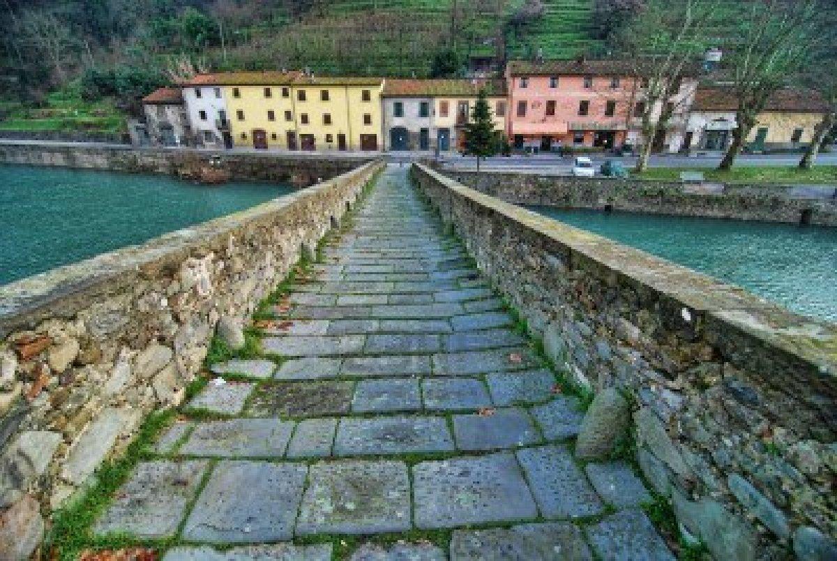 dettaglio-del-ponte-del-diavolo-un-famoso-punto-di-riferimento-nella-campagna-di-lucca-italia