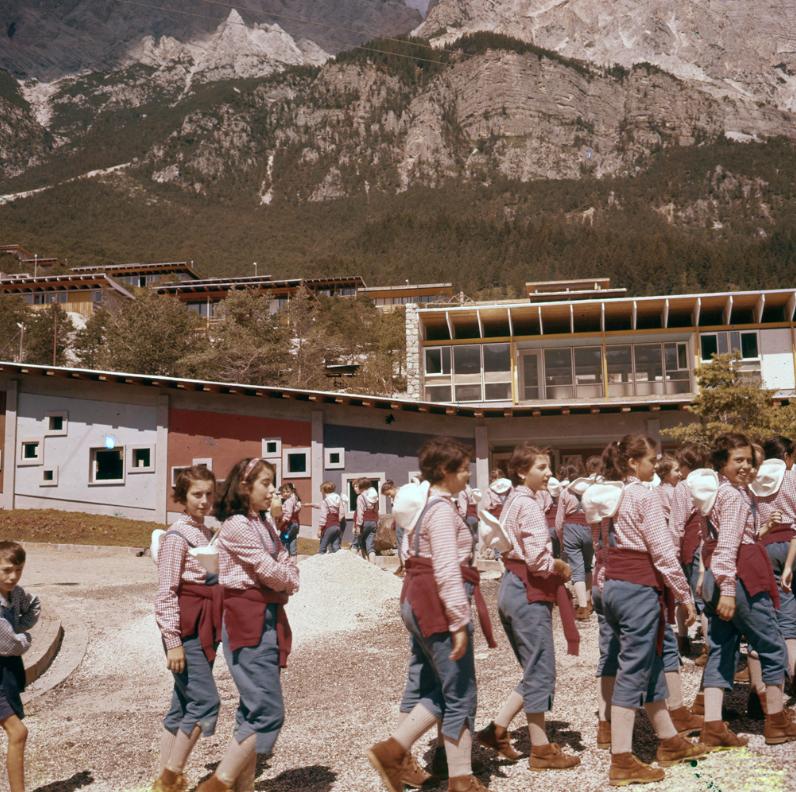 I bambini della colonia inverbnale eni Sullo sfondo la rampa di collegamento tra i dormitori e l'edificio satellite. 1960ca. Borca di Cadore, Belluno Archivio storico eni, Roma