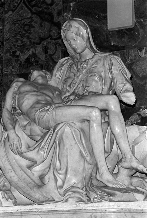 Pietà di Michelangelo danneggiata