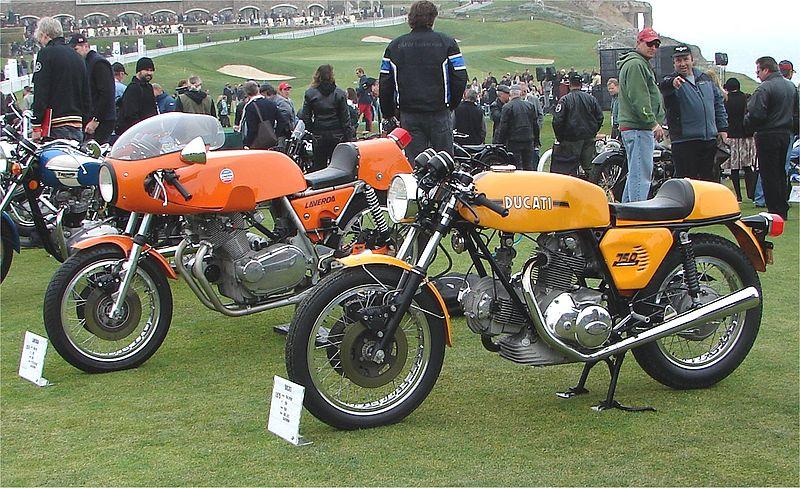 Una Laverda 750 SFC 2ª serie, affiancata alla concorrente Ducati 750 Sport del 1973