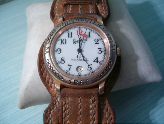 Questo orologio era caratterizzato da un ulteriore supporto in pelle nel  quale andava ad inserirsi il cinturino principale dando un senso di  indipendenza,