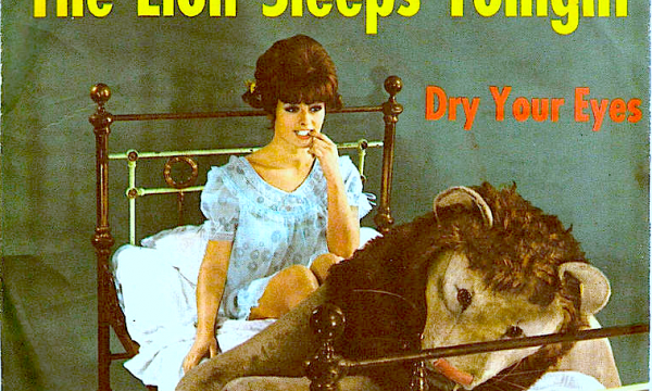 THE LION SLEEPS TONIGHT – The Tokens – (1961)