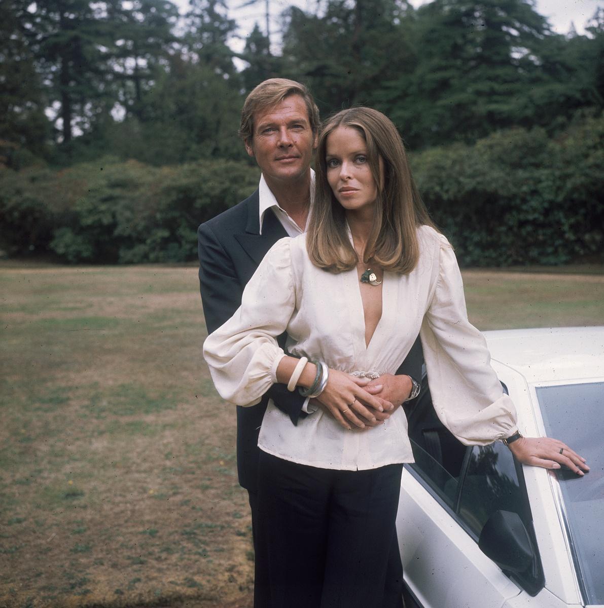 Barbara Bach e Roger Moore nel James Bond del 1977