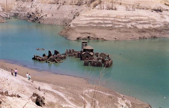 Vagli con il suo lago e il villaggio sommerso di fabbriche for Case di legno del paese del lago