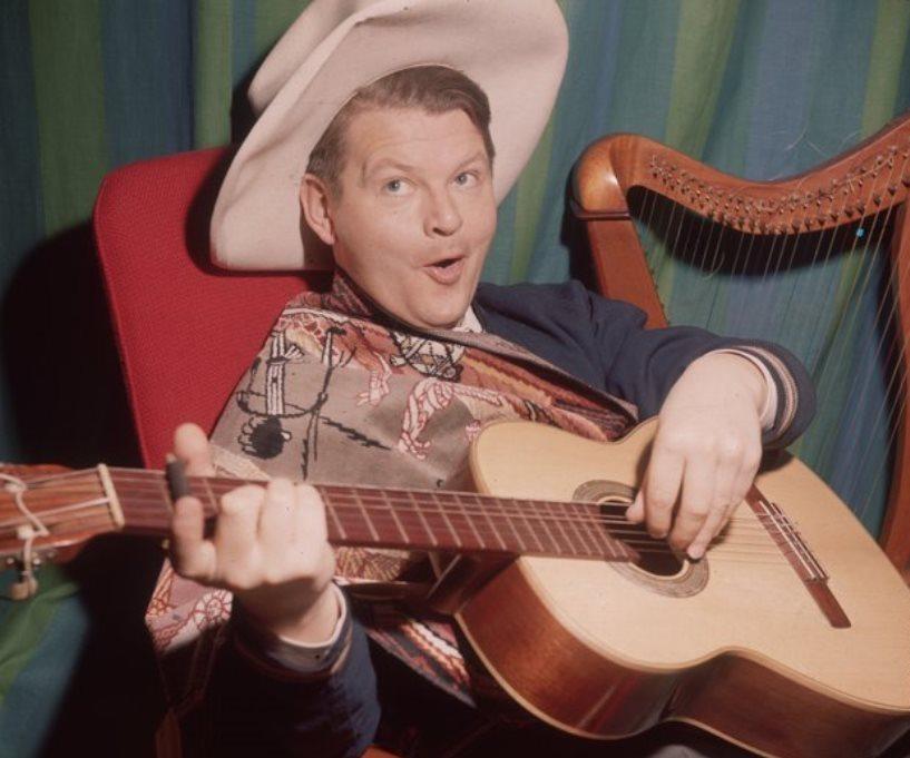 Benny_hill-da-giovane-con-la-sua-amata-chitarra