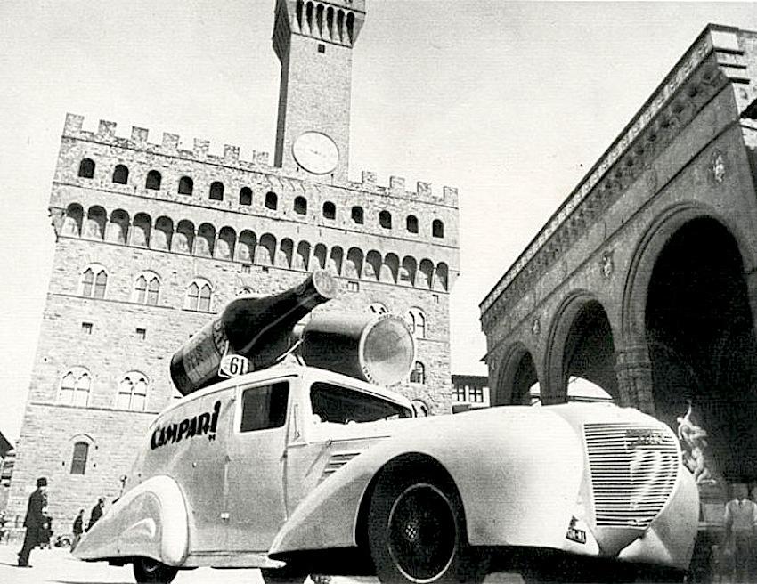Giro_d'Italia del_1938_la_Packard_per_Campari incoronata_ bottiglie_davanti_ Palazzo_Vecchio_Firenze