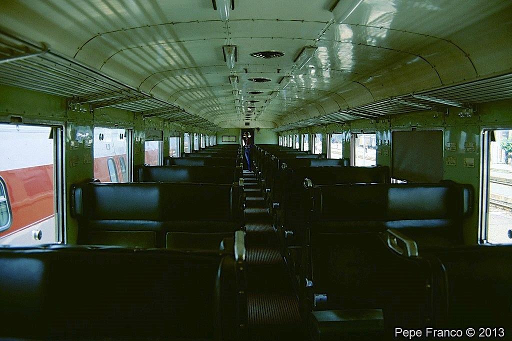 Treno_ALn 990.3018_ ambiente_viaggiatori_interno_Luino_VA_1989