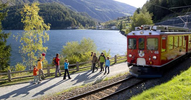 RHAETISCHE BAHN/RhB - Wanderer beim Lago di Poschiavo vor Miralago. Copyright by Rhaetische Bahn By-line: swiss-image.ch/Christof Sonderegger