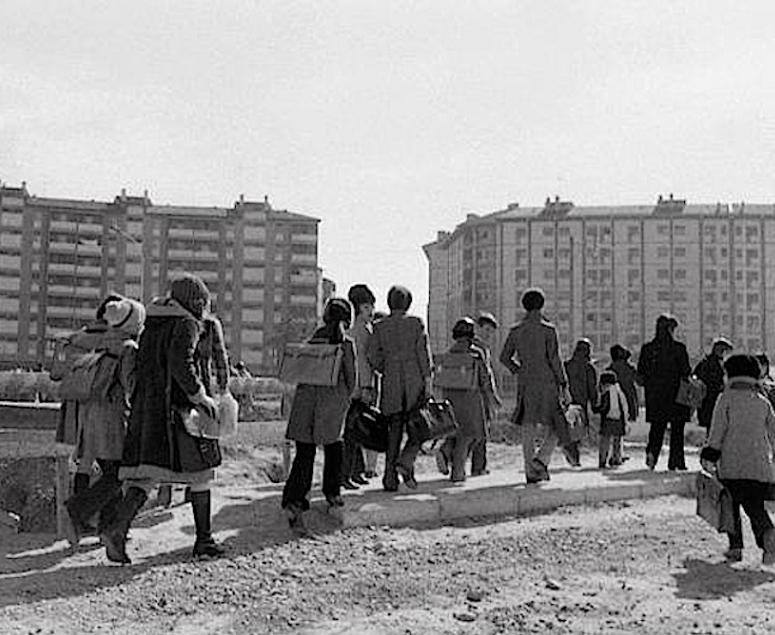 2 foto a scuola tutti a piedi negli anni 70